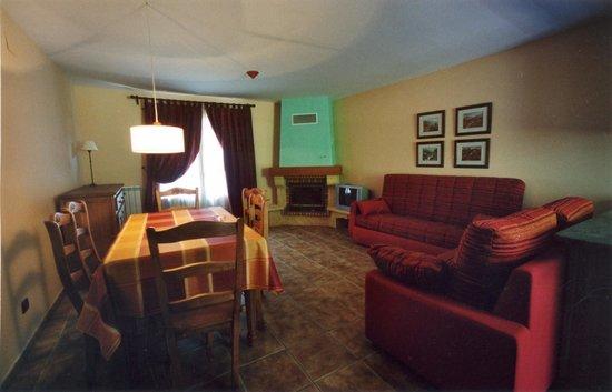 Apartamentos Casa Rivera: salón con chimenea