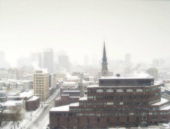 Hôtels Gouverneur Montréal : Looking west on a snowy winter morning