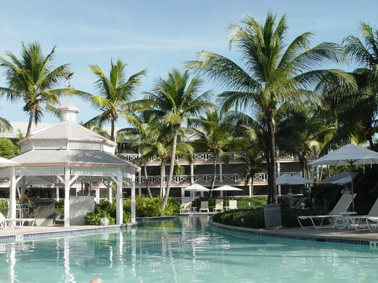 Ocean Club Resort : Pool and grounds