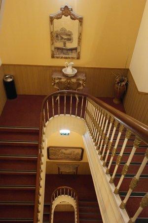 Grande Pensao Residencial Alcobia: Лестница крутая вниз