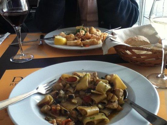 Due Mari Restaurant: Due Mari, onder: pasta/zwaardvis, boven: calamaris.
