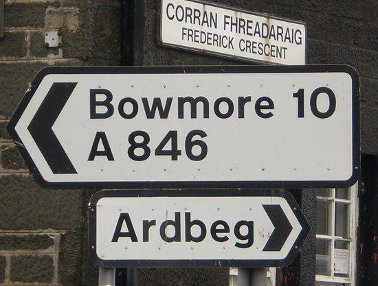 Bowmore Distillery : immer den Schildern lang