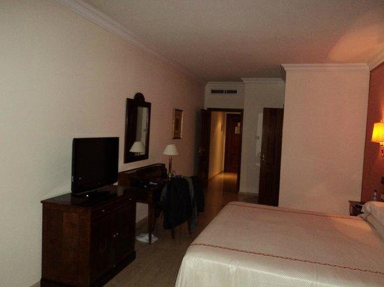 Ayre Hotel Cordoba: Habitación (Baño y armario)