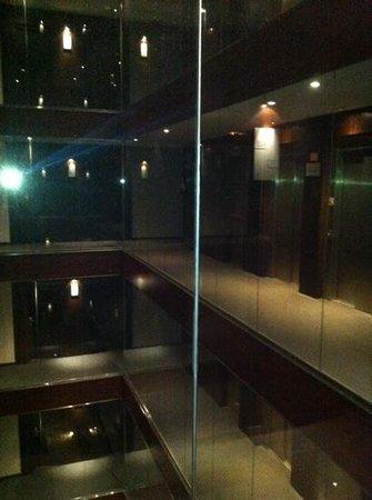 Hotel Vilamari: interior atrium with glass corridors
