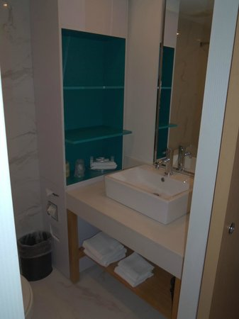 Bond Place Hotel: 1st room bathroom