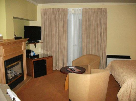 Hotel Chateau Fraser: La chambre, T.V. plasma, un petit réfrigérateur, foyer