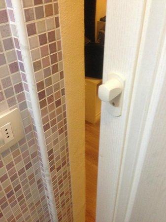 Hotel il Monte : porta bagno senza chiusura sul muro