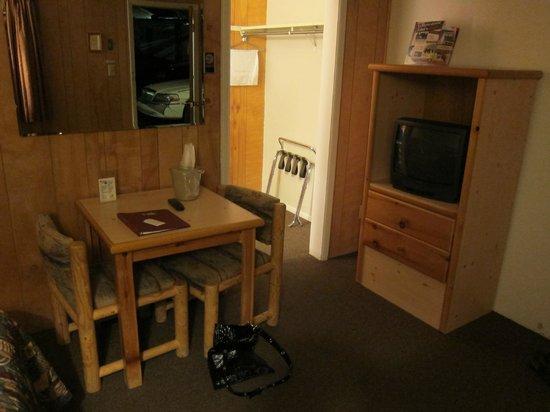 Pony Express Motel: Sitting area, tv.