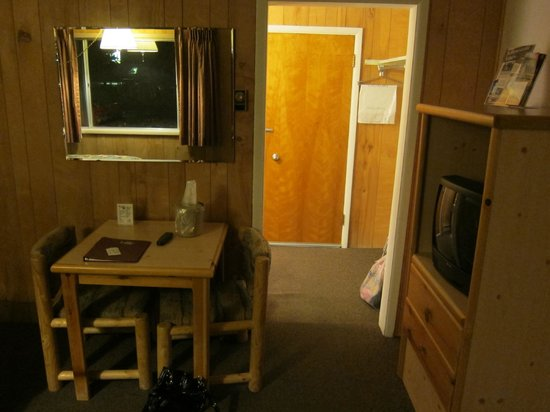 Pony Express Motel: Sitting area, entrance to the bathroom