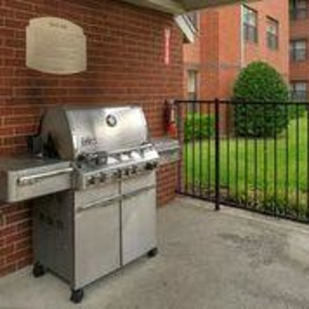 Residence Inn Dallas Addison/Quorum Drive: Grill Area