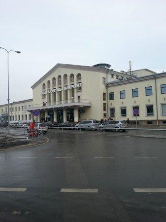 Ecotel Vilnius: Flughafenvorplatz