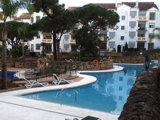 Ona Alanda Club Marbella: Pool area in evening