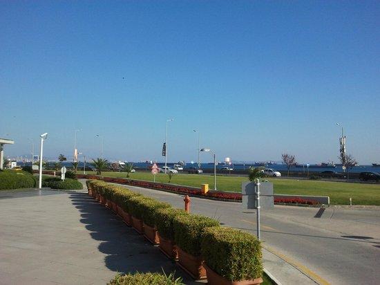 Ibis Istanbul Esenyurt: Vista del mare dall'hotel.
