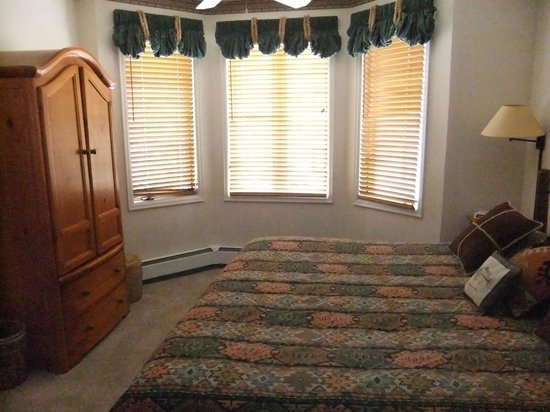 Meadows at Eagleridge : Master bedroom with private bathroom