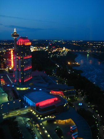 Embassy Suites by Hilton Niagara Falls Fallsview Hotel: Night view toward Rainbow Bridge