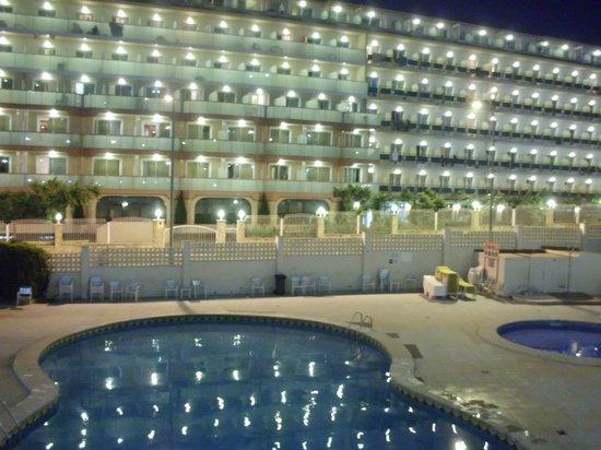 Gran Hotel Don Juan: Aussicht auf Pool & Nachtbarhotel