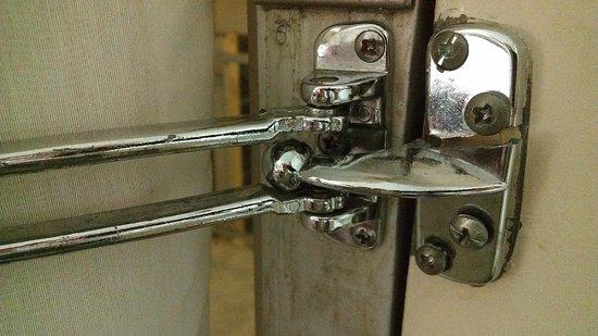 Days Inn New Orleans Airport: Door Safety Latch