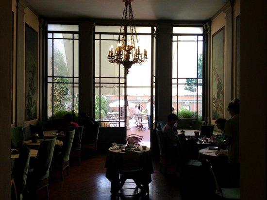 Hotel Orto De Medici: Breakfast dining area, opens to patio