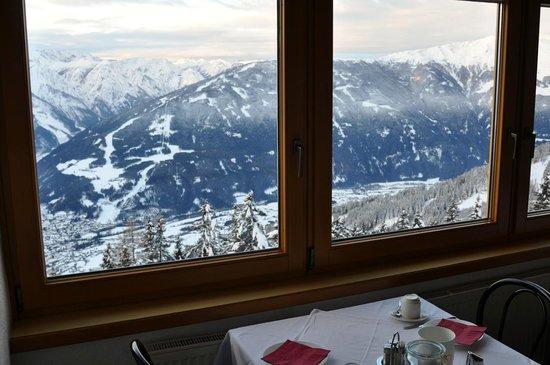 Sporthotel Hochlienz: Blick aus dem Frühstücksraum ins Tal.