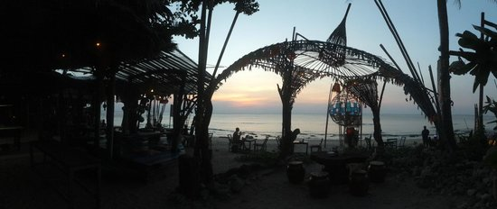 Khlong Khong Beach: beachbar at khlong khong during sunset