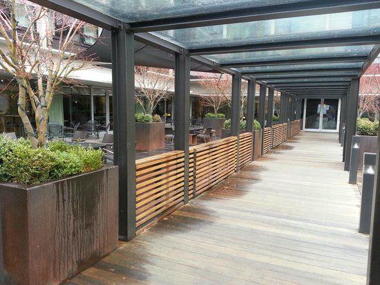 Hotel Modera: Entry along outdoor lounge