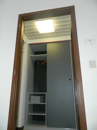 Hotel Eros: Porta del disimpegno mancante, armadio piccolo