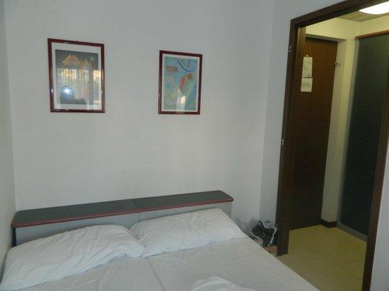 Hotel Eros: camera da letto con vista ingresso, senza la porta...