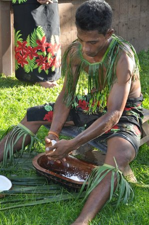 Samoan Outrigger Hotel: Men's work (yes it is!)!
