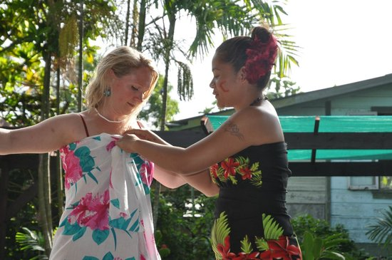 Samoan Outrigger Hotel: Look how easy to wear to fix a sarong - the way to true elegance