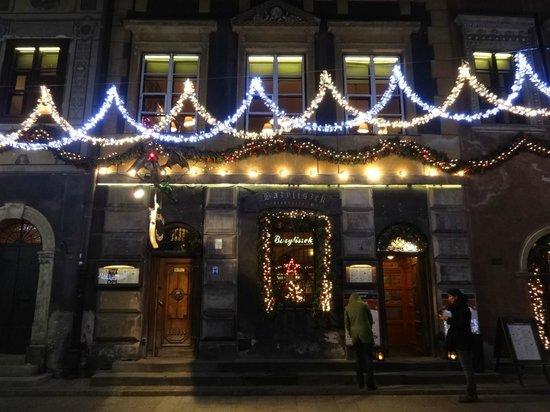 Bazyliszek Restauracja: Frontage at Christmas