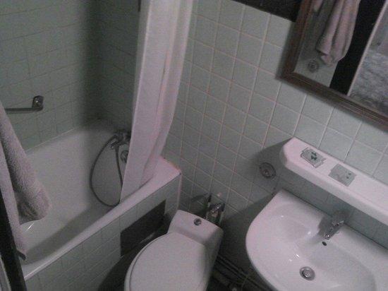Hotel Restaurant Lutetia : Salle de bain dans une chambre 2 personnes