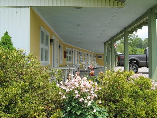 Sleepy Hollow Motel: Natures Decor Abounds !