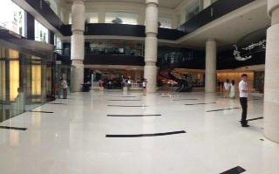 Le Meridien Xiamen: Lobby in morning (looking from check in desk towards buffet)