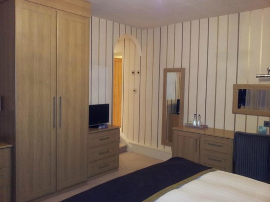 Stirk House Hotel: Bedroom with arch leading to bathroom