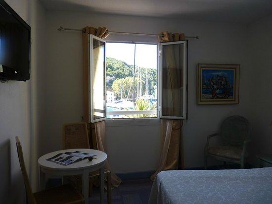 Hotel La Caravelle : Ventana al puerto