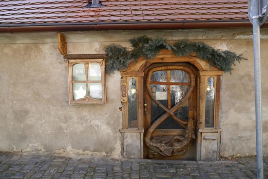 Hostel Krumlov House & WriteAway Retreat: The famous Dragon Door ;)
