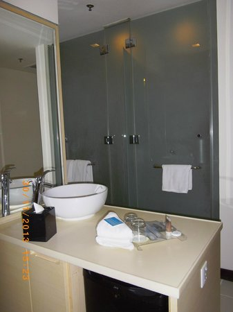 ANSA Kuala Lumpur : The frosted glass door toilet and bathroom ... that does not come with locks.