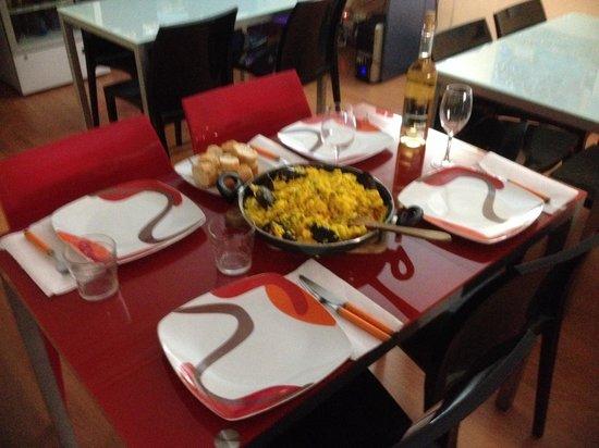 Hostel Hemingway: Deliciosa comida en la sala!!