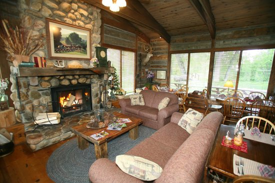 Vee Bar Guest Ranch: Main lodge--fireplace and sitting area