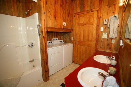 Vee Bar Guest Ranch: Suite bathroom