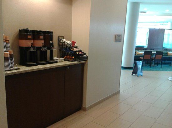 SpringHill Suites Alexandria Old Town/Southwest: 24 hour coffee station