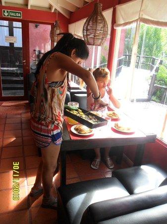 La Deseada Hostel : almorzando en las mesitas