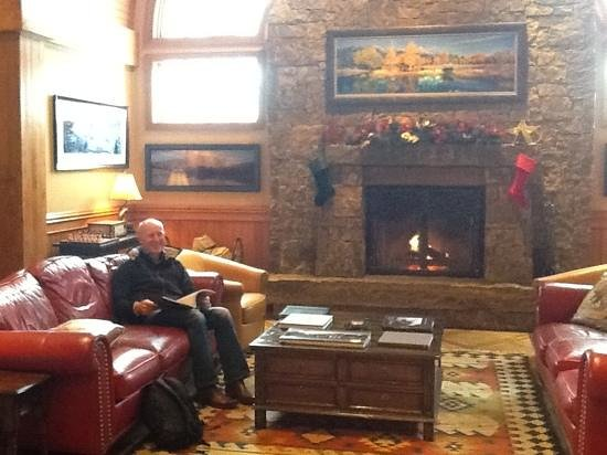 Wyoming Inn of Jackson Hole: fire and lovely yellowstone books in the lobby
