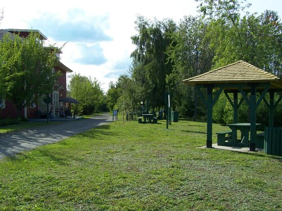 Temiscouata-sur-le-Lac, Canada: Piste cyclable Le Petit Témis, Auberge de la Gare, Cabano