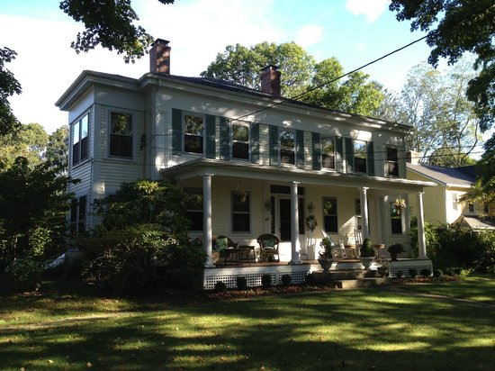 Sugar Loaf Hill B&B: Antique home w character