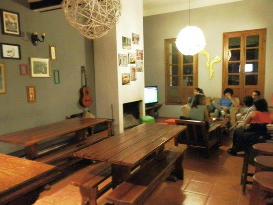 El Viajero Colonia Hostel & Suites: Estar comedor