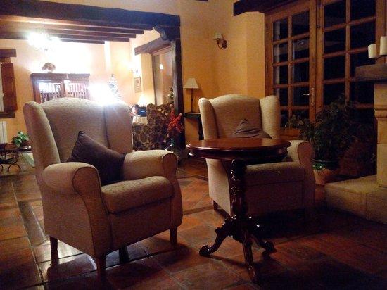 Posada San Pelayo: Cómodos y nuevos sillones junto a la chimenea.