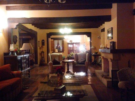 Posada San Pelayo: Nuevo mobiliario en el salón.