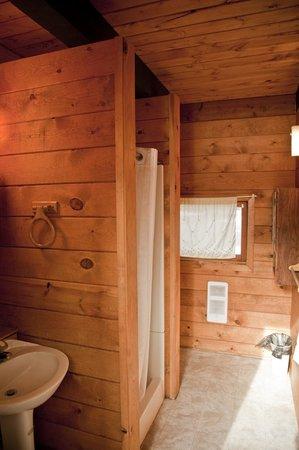 Hoodoo's Crescent Lake Resort: Sample Bathroom