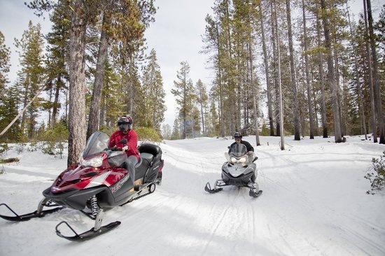 Hoodoo's Crescent Lake Resort: Rent Snowmobiles